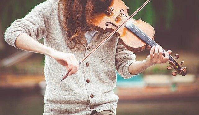 岡部磨知が使ってるバイオリンのメーカーや型番!AAAや浜田省吾との関係!